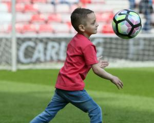 Stars pay tribute after Bradley Lowery loses cancer fight