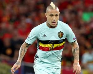 Roma midfielder Radja Nainggolan distances himself from Chelsea speculation