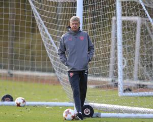 Arsene Wenger expects Gunners response at Stamford Bridge